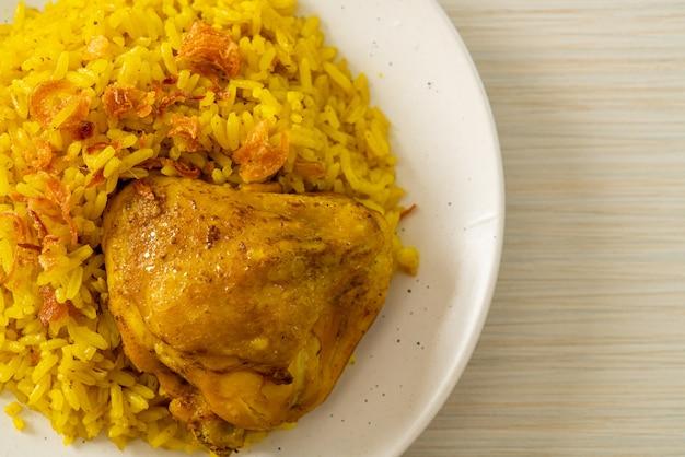 Pollo biryani o riso al curry e pollo - versione thailandese-musulmana del biryani indiano, con riso giallo profumato e pollo - stile di cibo musulmano