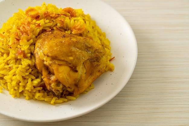 Pollo biryani o riso al curry e pollo. versione thai-musulmana del biryani indiano, con fragrante riso giallo e pollo.