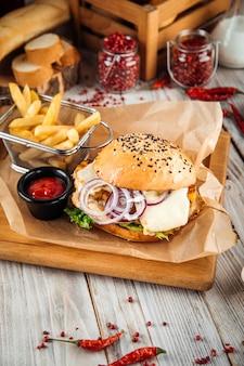 Hamburger di petto di pollo con salsa al formaggio