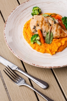 Bistecca di petto di pollo con purea di carote baby carota e broccoli.