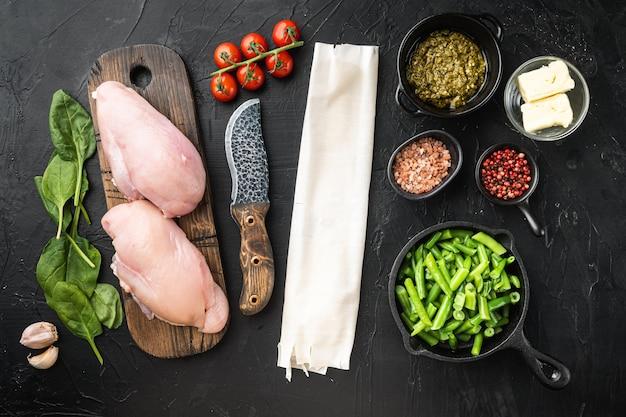 Petto di pollo farcito con ingredienti e set filo, su pietra nera