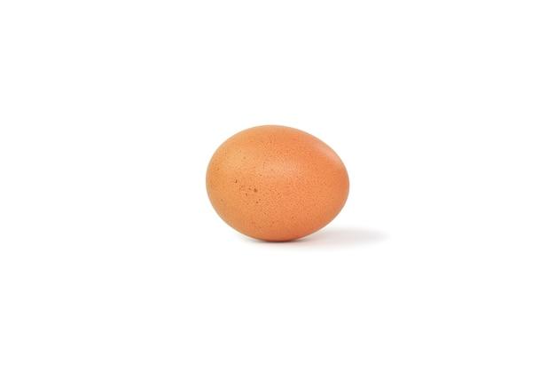 Uovo di pollo marrone su bianco