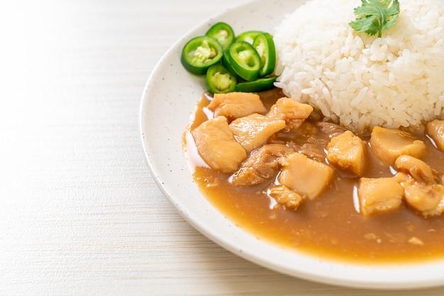 Pollo in salsa marrone o salsa di sugo con riso - stile di cibo asiatico