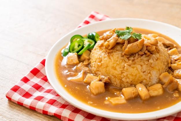 Pollo in salsa marrone o salsa di sugo con riso