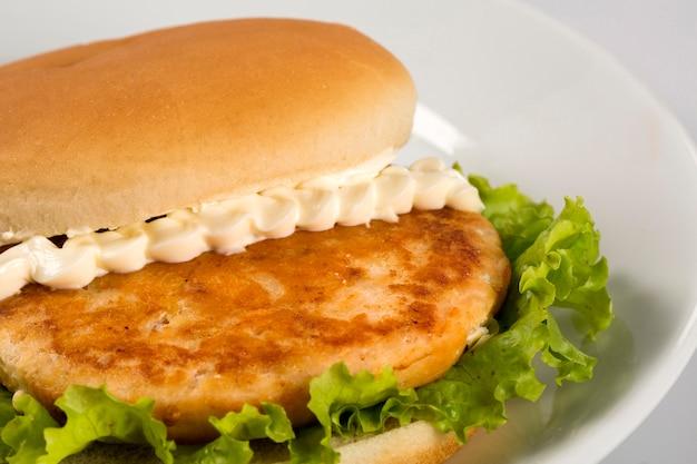Insalata di hamburger di pollo.