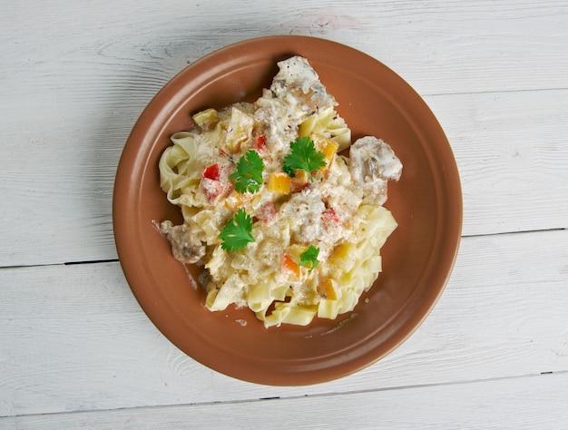 Carbonara di pollo. fettuccine e crema di pecorino romano