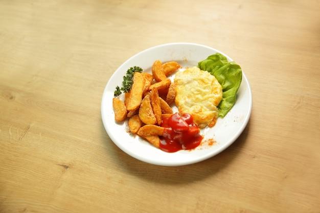 Pollo al formaggio e guarnire su un piatto bianco