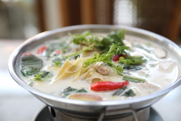 Zuppa di pollo e cocco, cibo locale tailandese tradizionale