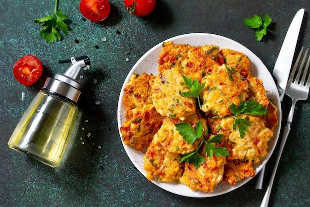 Cotolette di pollo a base di carne macinata con pomodori paprika e verdure vista dall'alto distesa piatta