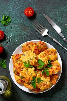 Cotolette di pollo a base di carne macinata con pomodori paprika e verdure vista dall'alto