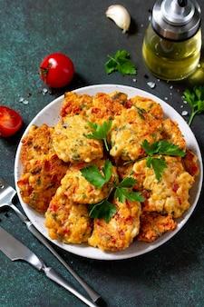 Cotolette di pollo a base di carne macinata con pomodori paprika e verdure
