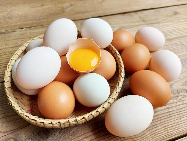 Uova di gallina e uova di anatra in un cestino