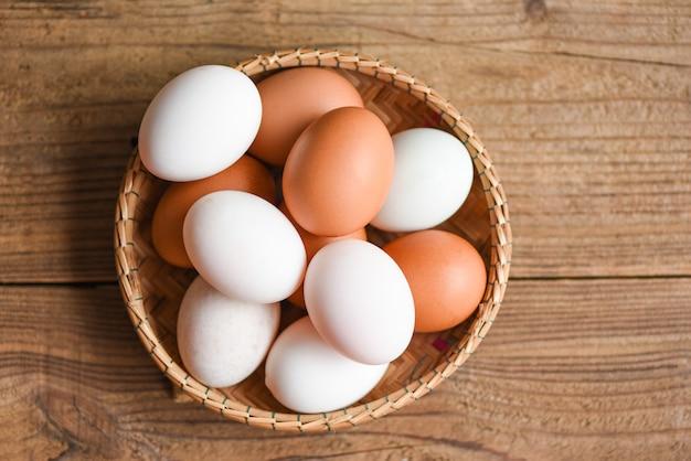 Uova di gallina e uova di anatra si raccolgono da prodotti agricoli naturali, uova fresche