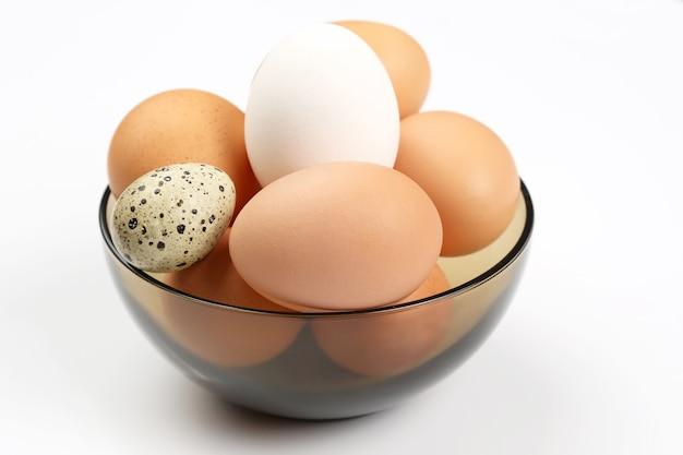 Le uova di gallina si trovano nel piatto su priorità bassa bianca