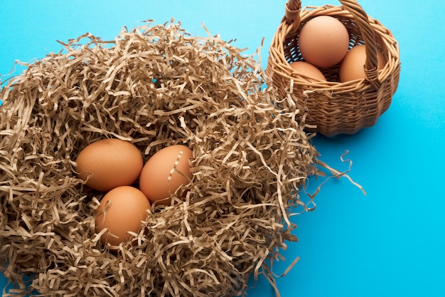 Uova di gallina in un nido di carta