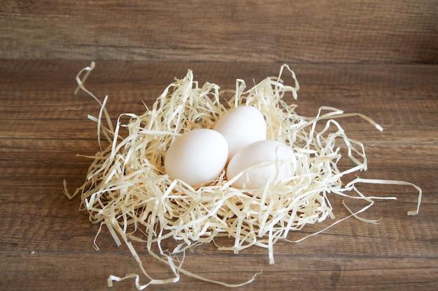 Uova di gallina in paglia