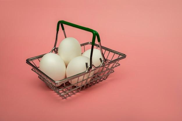 Uova di gallina in un cestino della drogheria del supermercato