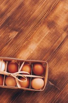 Uova di gallina su uno sfondo di legno