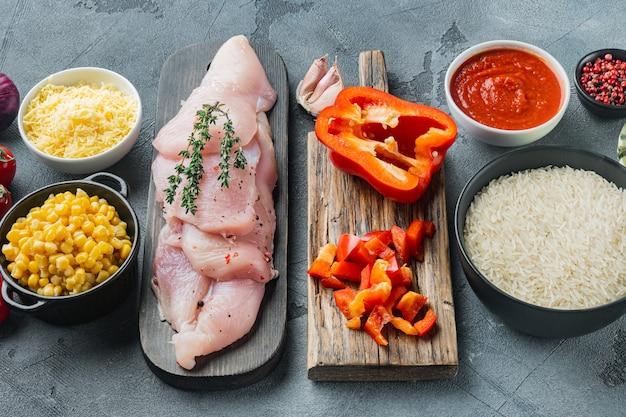 Ingredienti di enchilada di pollo riso, mozzarella, mais, su sfondo grigio