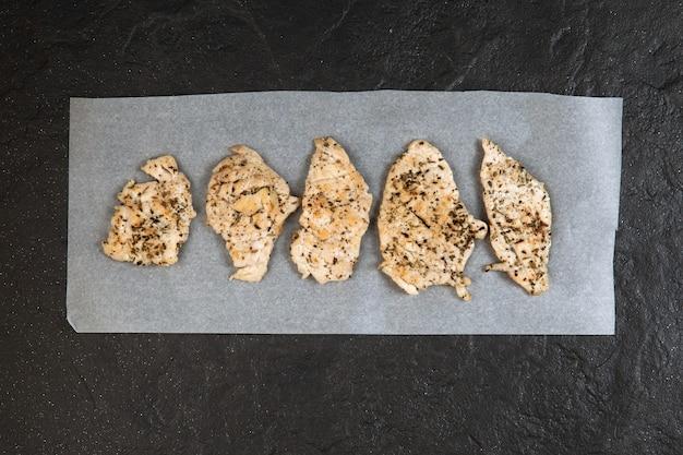 Filetto di pollo alle spezie aromatiche, fritto su pietra. fast food. vista dall'alto. copia spazio.
