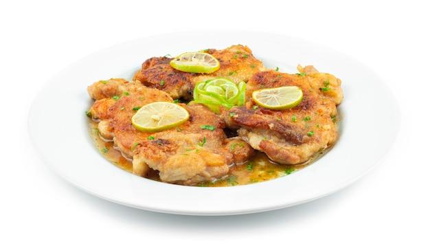 Chicken francaise questo tradizionale pollo cremoso italo-americano con lime in salsa di vino bianco vista laterale