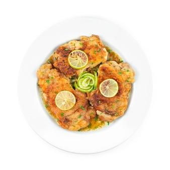 Chicken francaise questo tradizionale pollo cremoso italo-americano con lime in salsa di vino bianco topview