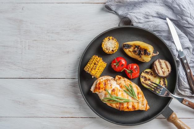 Filetto di pollo fritto e verdure grigliate, deliziosa cena barbecue, sfondo di cibo piatto