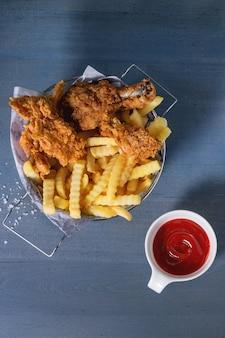 Patatine fritte di pollo con patate fritte