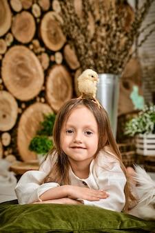 Un pollo sulla testa della ragazza