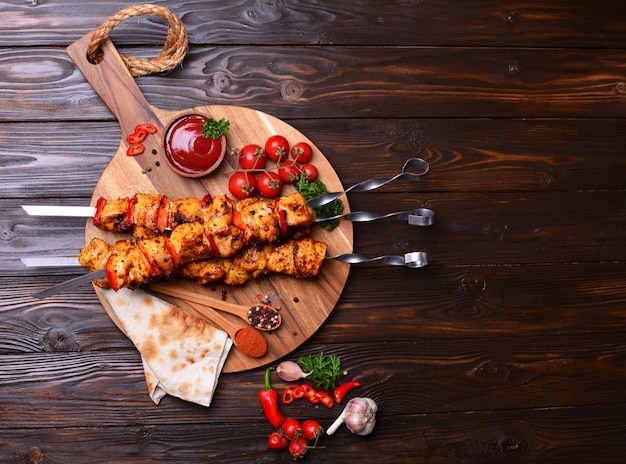 Spiedini di pollo con spezie e verdure