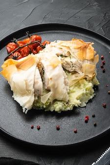 Set filo di pollo kiev, con pomodorini al forno, purè di patate, su pietra nera