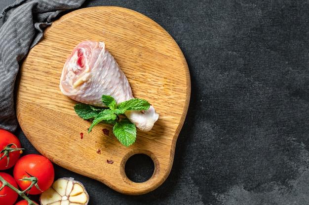Pezzo fresco di carne di coscia di pollo pelle cruda ossa da carne