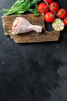 Coscia di pollo carne cruda pelle ossa broiler pezzo fresco pronto da mangiare sul tavolo