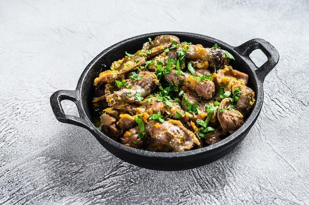 Fegato di pollo, cuore e stomaco in salsa di panna. sfondo grigio. vista dall'alto. Foto Premium