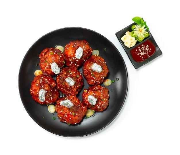 Lecca lecca di pollo stile coreano fritto in profondità con salsa antipasti delizioso gustoso servito decorazione salsa kochujang con aglio e peperoncino vista dall'alto