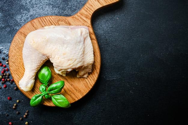 Pezzi di carne di pollo cosce di gallina cruda