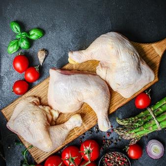 Pezzi di carne di pollo cosce di gallina cruda prodotto naturale