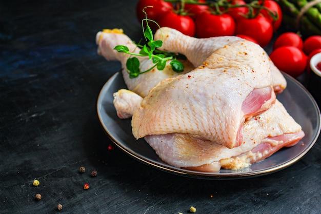 Carne di pollo pezzi crudi cosce di gallina