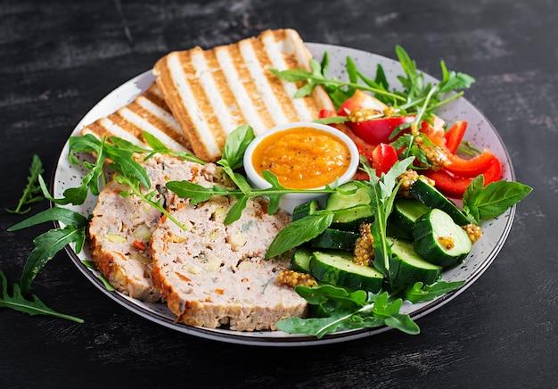 Polpettone di pollo e insalata fresca e toast. pranzo o cena salutari.