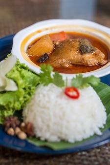 Pollo al curry e riso mussaman nel ristorante