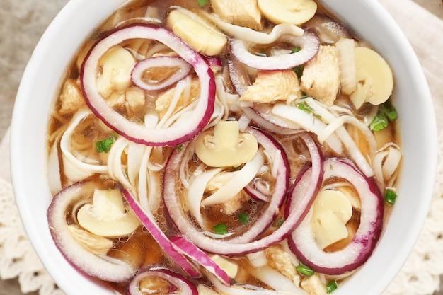 Zuppa di noodle di pollo in ciotola, primo piano