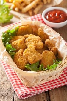 Bocconcini di pollo con ketchup e patatine fritte
