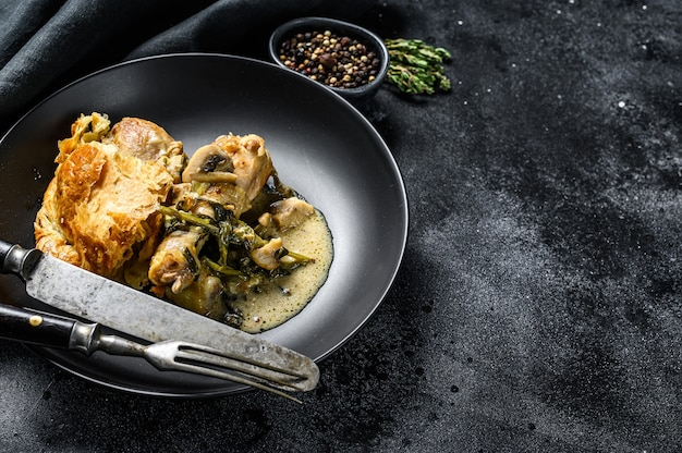 Torta di pollo con purè di patate e broccoli. sfondo nero. vista dall'alto. copia spazio.