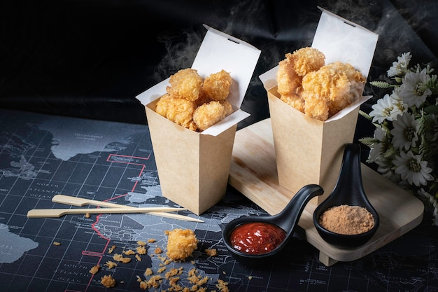 Pop di pollo, caldo, affumicato, con uno sfondo nero come spuntino.