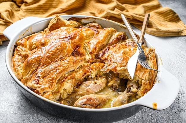 Torta di pentola di pollo in una teglia. sfondo grigio. vista dall'alto.