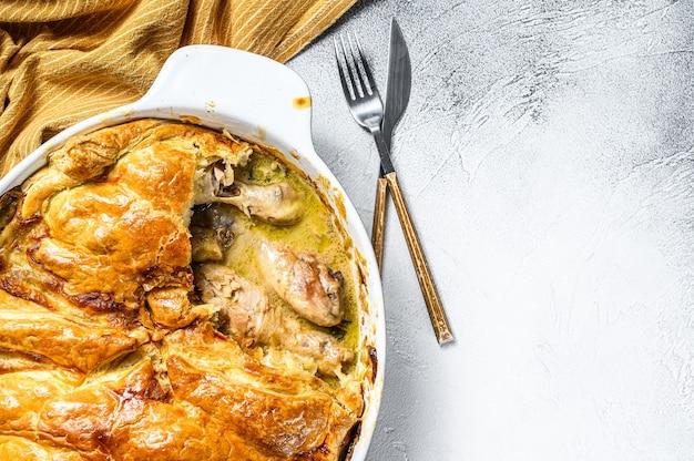 Torta di pentola di pollo in una teglia