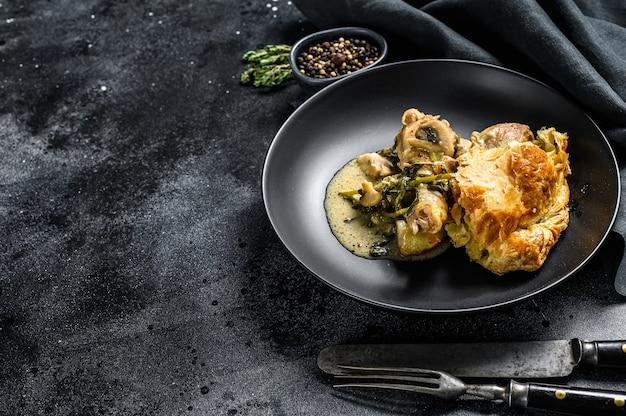 Torta di pentola di pollo in un piatto. vista dall'alto. copia spazio.