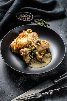 Torta di pentola di pollo in un piatto