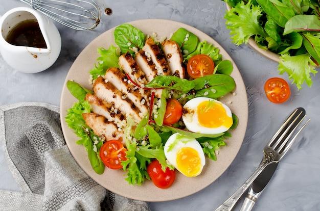 Insalata di pollo con ortaggi a foglia e pomodorini