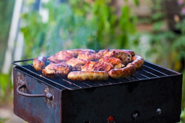 Salsicce di pollo grigliate su un barbecue all'aperto per quel gusto speciale all'aperto affumicato!